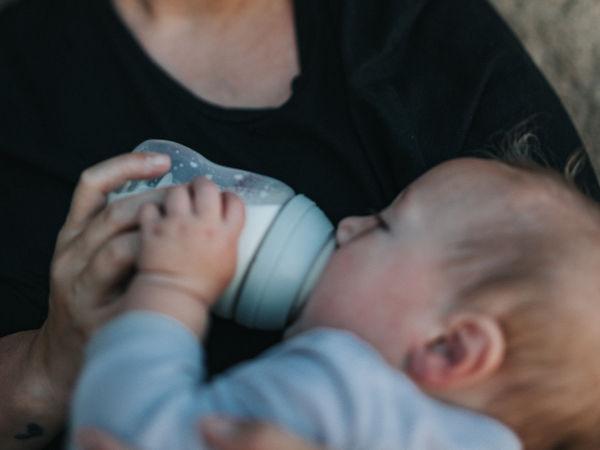 Baby wird mit der Flasche gefüttert